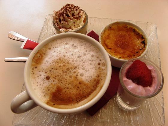 Café Romantic....ein wunderbarer Kaffee, Creme Brulee, Himbeermousse und ein leichte Vanillecreme. Besser kann ein Tag in Paris nicht beginnen.